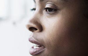 Rosto de mulher com pele escura